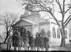 Widok kościoła – 1924 r., oficerowie batalionu chemicznego po poświęceniu kościoła.