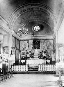Ołtarz główny – 1924 r. W ołtarzu płaskorzeźba Matki Bożej Królowej Korony Polskiej.